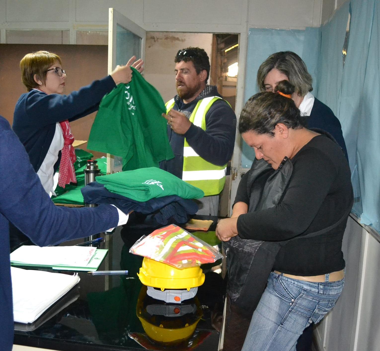 personal-de-la-intendencia-haciendo-efectiva-la-entrega-de-uniformes