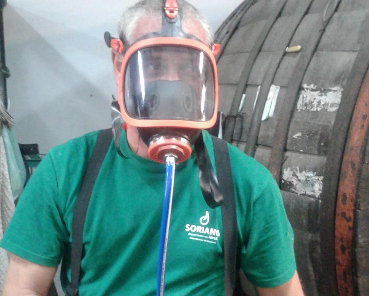 funcionario-de-bodega-en-curso-sobre-uso-de-mascara-de-aire